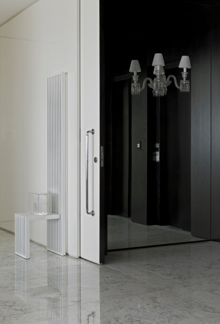 Ibirapuera Apartment: Corredores e halls de entrada  por DIEGO REVOLLO ARQUITETURA S/S LTDA.,