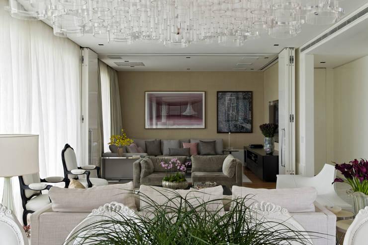 Ibirapuera Apartment: Salas multimídia  por DIEGO REVOLLO ARQUITETURA S/S LTDA.,