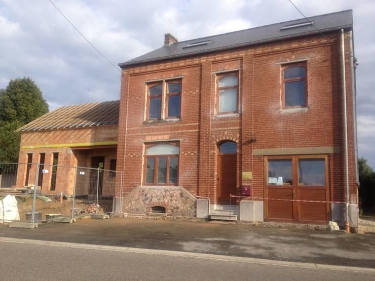 Habitation et cabinet médical à Sombreffe:  de style  par Bureau d'Architectes Desmedt Purnelle