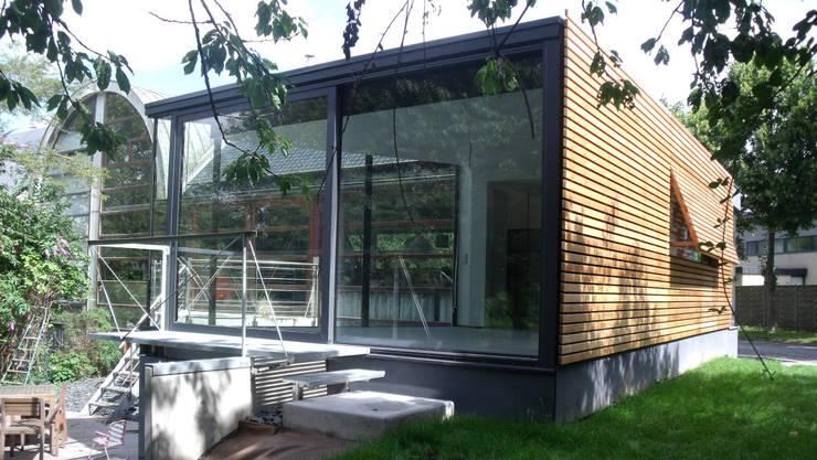 En toute discrétion...: Maisons de style  par VORTEX atelier d'architecture