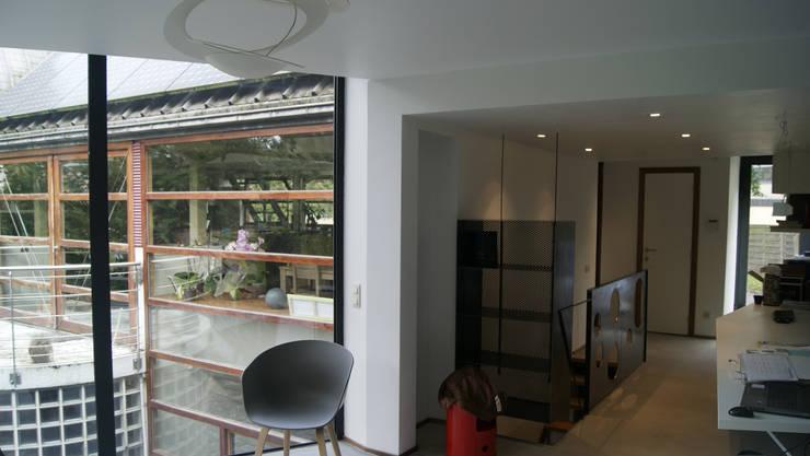 En toute discrétion...: Salon de style  par VORTEX atelier d'architecture