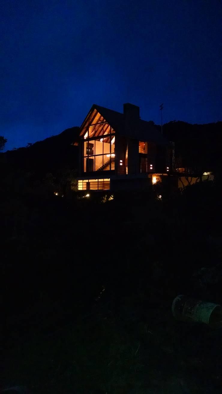 Rumah oleh AMR ARQUITECTOS, Rustic