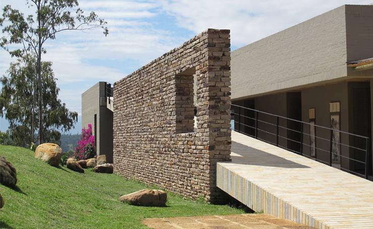 Casa IQ: Casas de estilo  por AMR ARQUITECTOS, Moderno