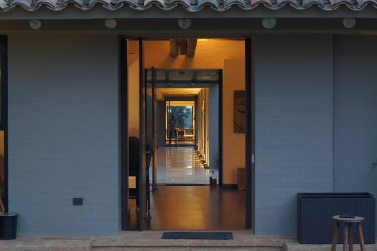 Casa IQ: Pasillos y vestíbulos de estilo  por AMR ARQUITECTOS, Moderno