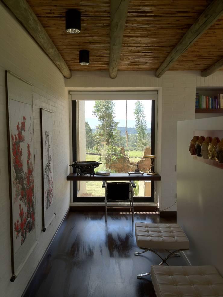 Casa IQ: Estudios y despachos de estilo  por AMR ARQUITECTOS, Moderno