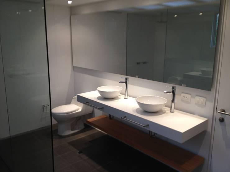Apto 70 5 : Baños de estilo  por AMR ARQUITECTOS