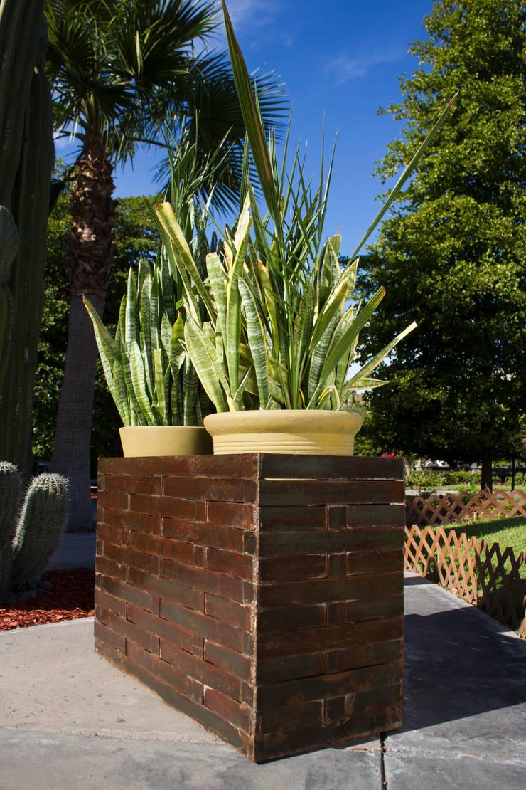 MACETERA DE LÁMINA: Jardín de estilo  por Oscar Leon/ Arte Renovable & Muebles