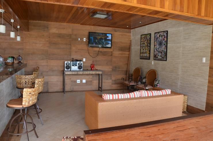 Onde guardar o que não pode ficar exposto?: Piscinas rústicas por Solange Figueiredo - ALLS Arquitetura e engenharia