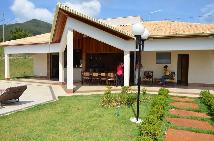 Pode uma casa moderna, ter uma área rústica?: Piscinas rústicas por Solange Figueiredo - ALLS Arquitetura e engenharia