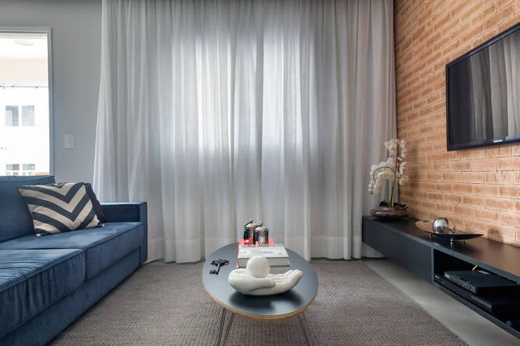 Sala de estar e tv: Salas de estar  por Márcio Campos Arquitetura + Interiores,