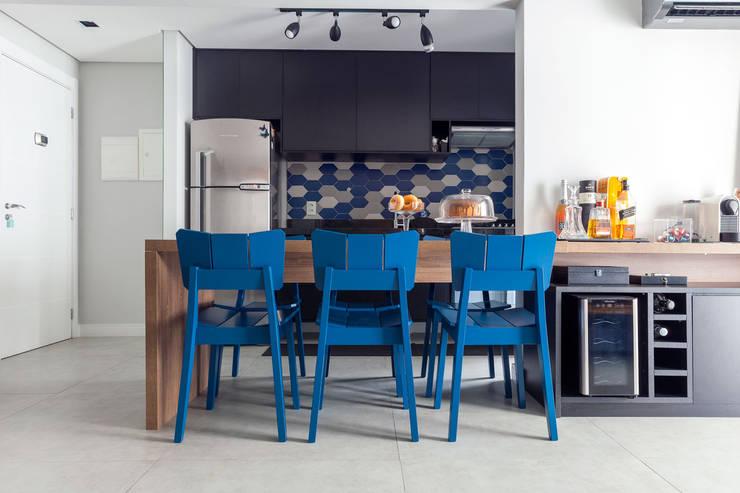 Sala de jantar integrada na cozinha : Salas de jantar modernas por Márcio Campos Arquitetura + Interiores