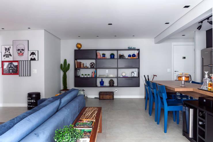 Estante : Salas de estar  por Márcio Campos Arquitetura + Interiores
