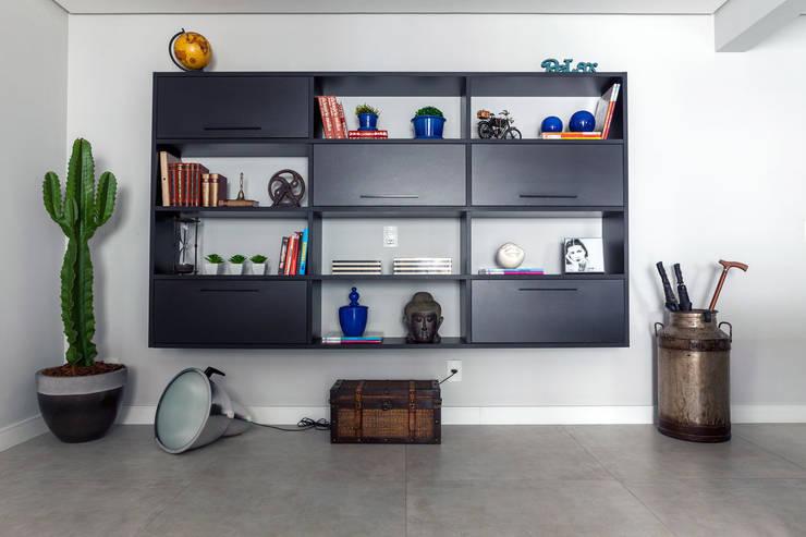 Estante: Salas de estar  por Márcio Campos Arquitetura + Interiores,