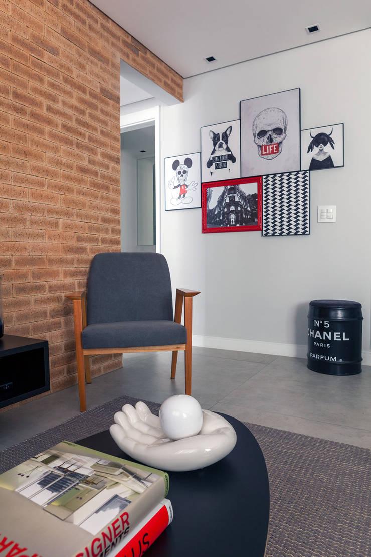 Composição de quadros: Salas de estar  por Márcio Campos Arquitetura + Interiores,
