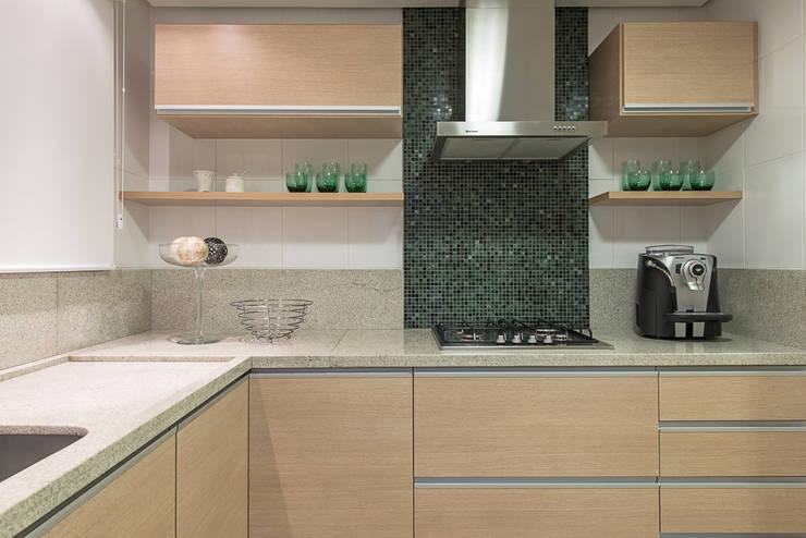 Apartamento Florianopolis: Cozinhas  por Locus Arquitetura,