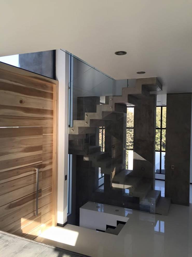 BOSQUES DE BUGAMBILIAS: Pasillos y recibidores de estilo  por Arki3d
