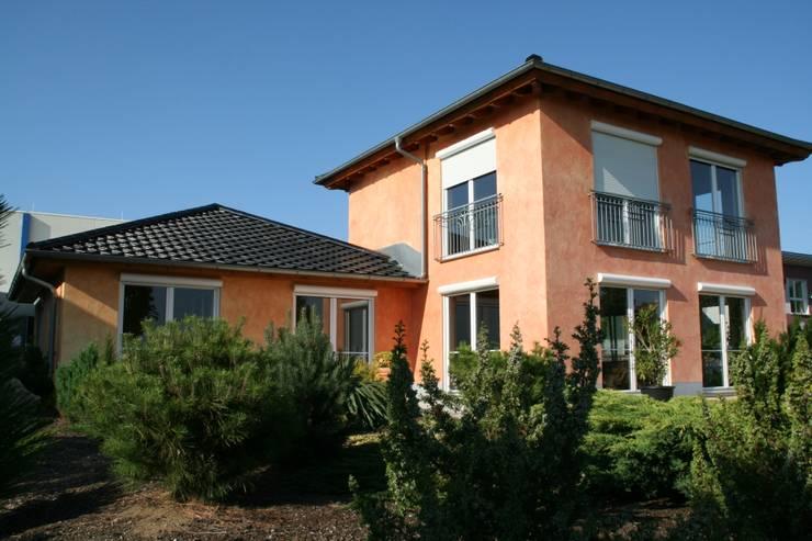 Musterhauspark: mediterrane Häuser von Massive Wohnbau GmbH und Co. KG