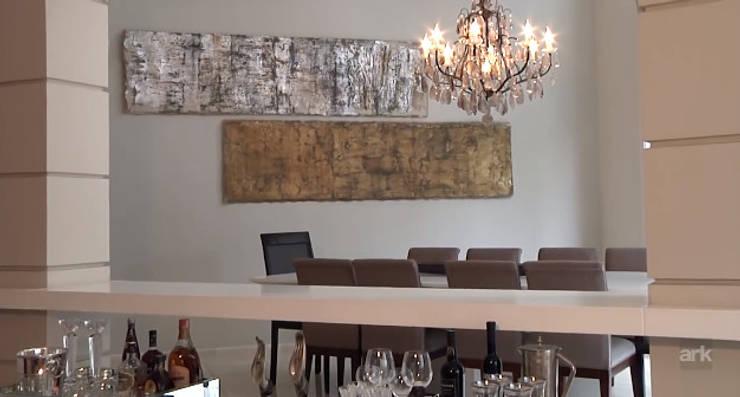 Residencial Tamboré II: Salas de jantar  por RUTE STEDILE INTERIORES & ARQUITETOS ASSOCIADOS,