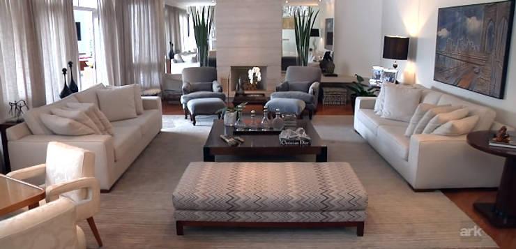 Residencial Tamboré II: Salas de estar  por RUTE STEDILE INTERIORES & ARQUITETOS ASSOCIADOS,