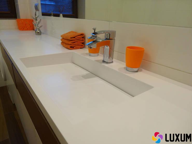 Nowoczesna umywalka z odpływem liniowym: styl , w kategorii Łazienka zaprojektowany przez Luxum
