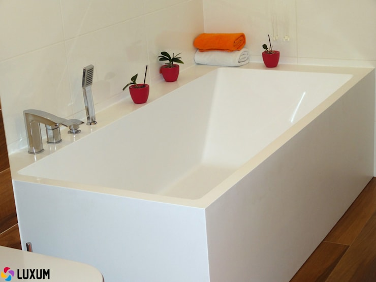 Idealnie dopasowana wanna: styl , w kategorii Łazienka zaprojektowany przez Luxum
