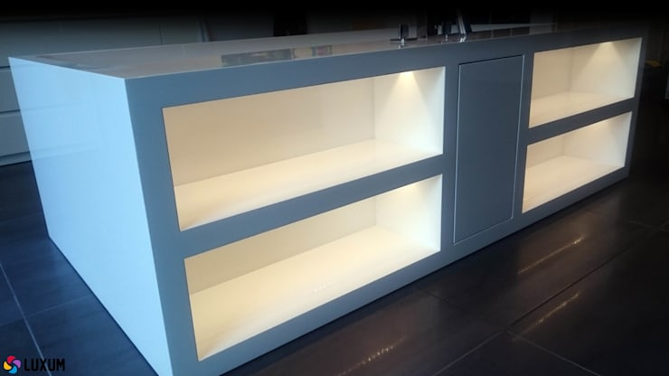 Podświetlone półki w wolnostoącej wannie: styl , w kategorii Łazienka zaprojektowany przez Luxum,Nowoczesny