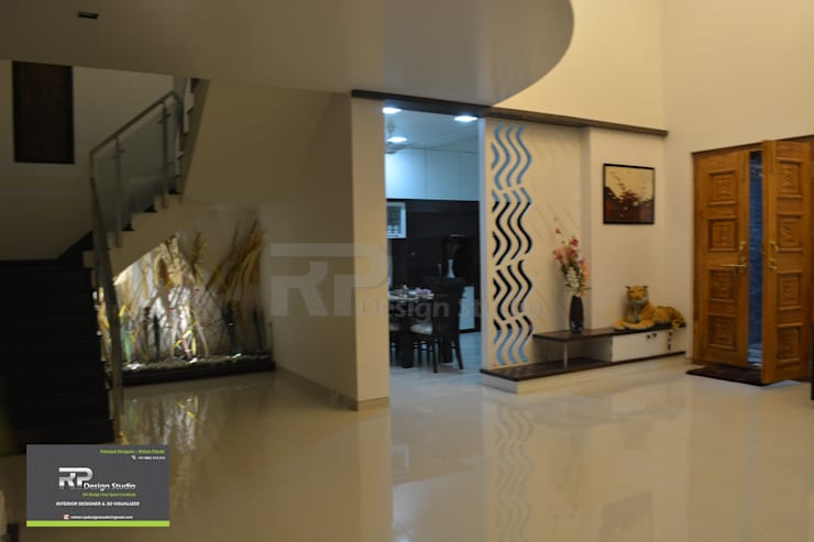 Mr Suhas Ranavde Banglow Project:  Living room by RP Design Studio