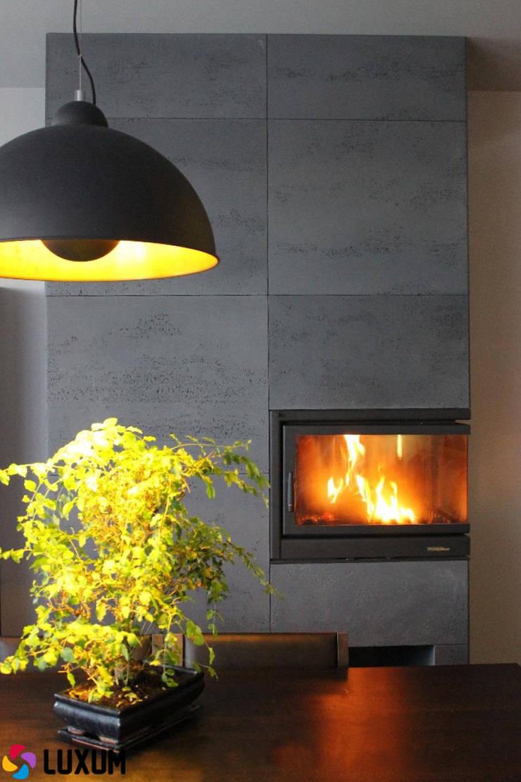 Kominek z betonem architektonicznym: styl , w kategorii Salon zaprojektowany przez Luxum
