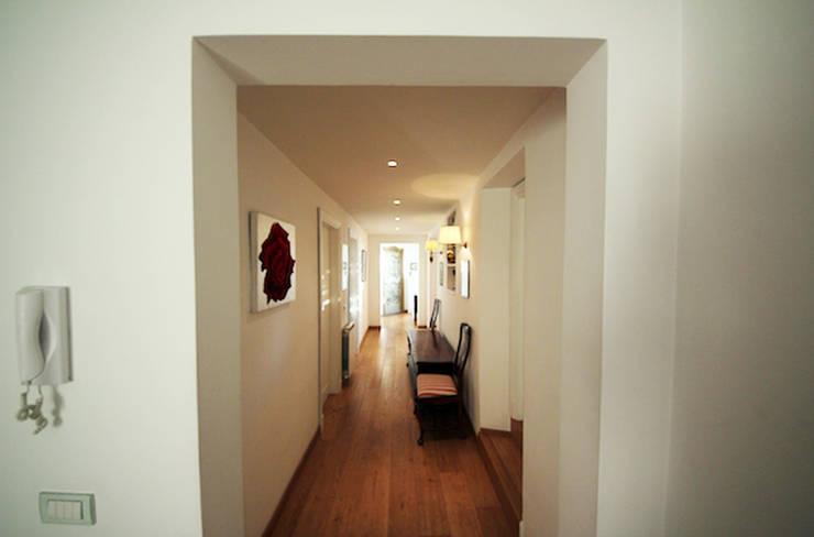 ROMA - Piazza Fiume: Ingresso & Corridoio in stile  di Studio2Archi