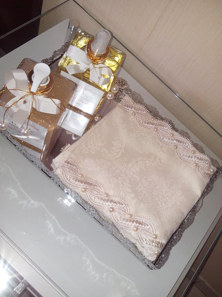 Toalha bordada para lavabo, aromatizador e sabonete liquido, bandejas e decorações: Banheiro  por Beatrice Oliveira - Tricelle Home, Decor e Design,