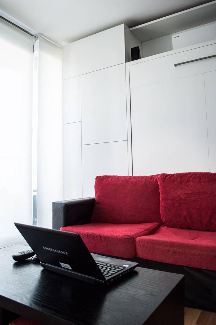 Sillon + Cama rebatible + Guardado: Livings de estilo  por MINBAI
