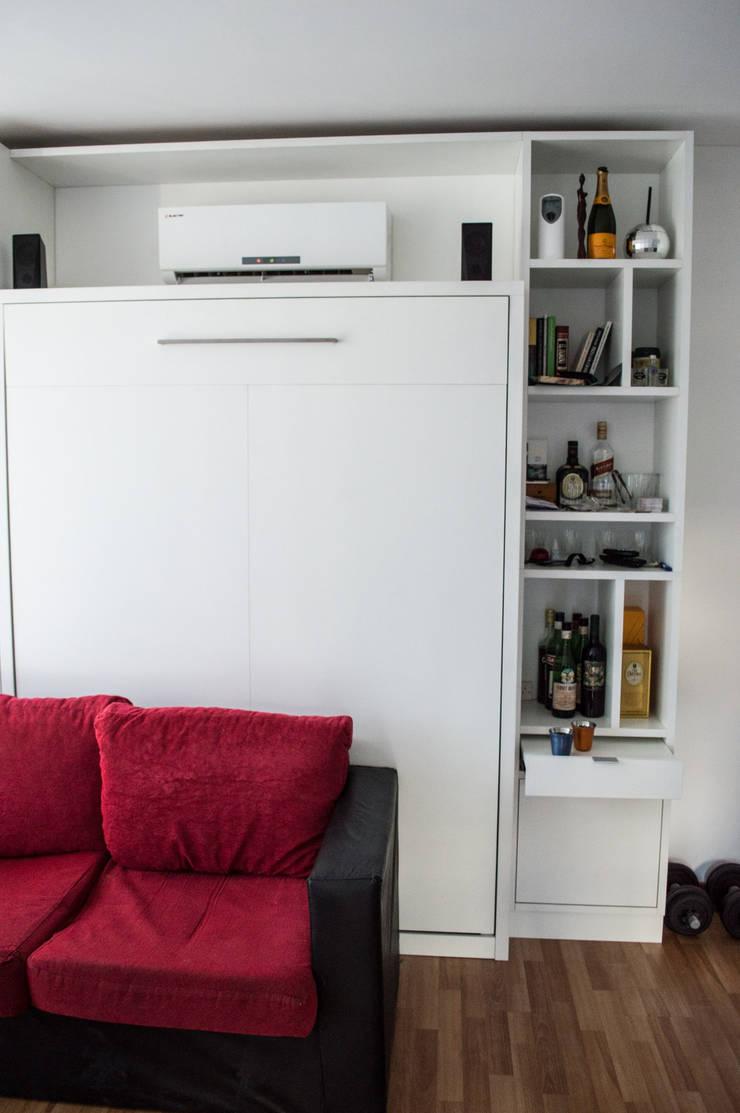 Cama rebatible + biblioteca. Optimización del espacio reducido.: Estudio de estilo  por MINBAI