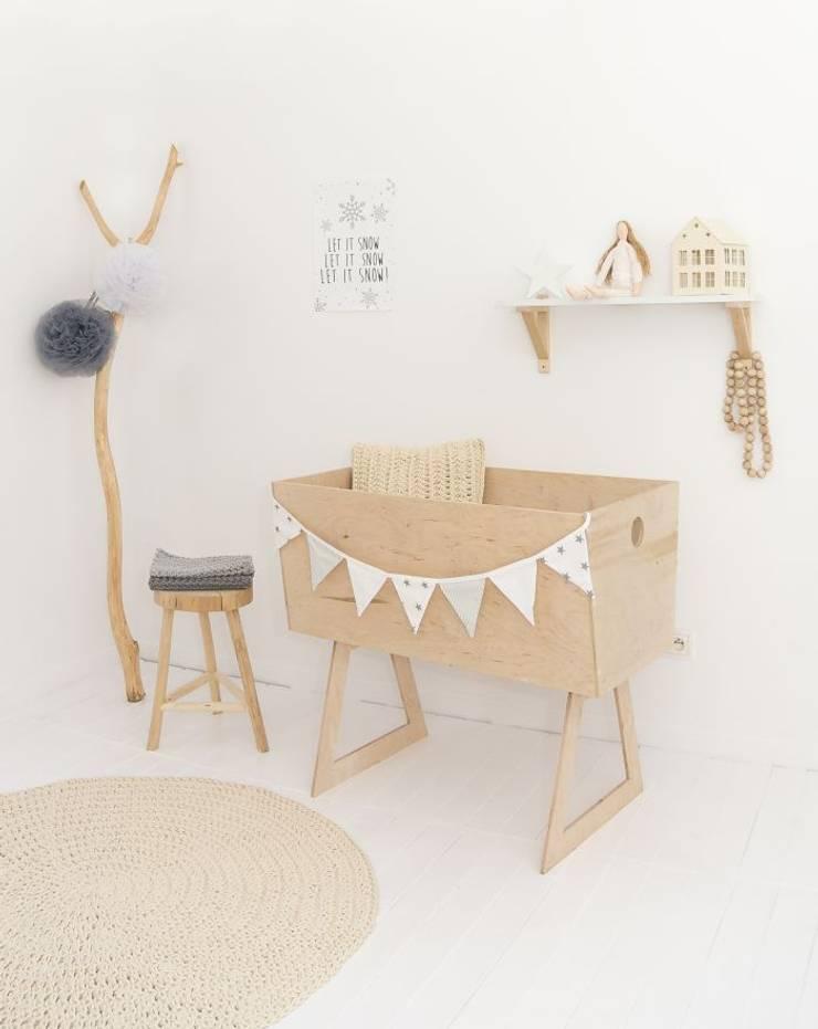 pokój niemowlęcy: styl , w kategorii  zaprojektowany przez zRĘCZNA ROBOTA,Skandynawski Bawełna Czerwony