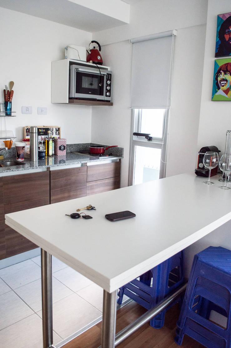 Cocina + Mesa comedor: Cocinas de estilo  por MINBAI