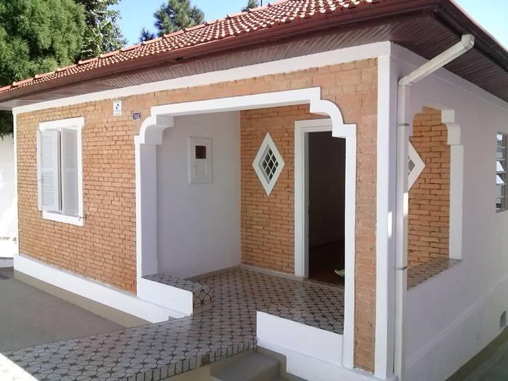 Дома в . Автор – Carmen Anjos Arquitetura Ltda., Рустикальный Кирпичи