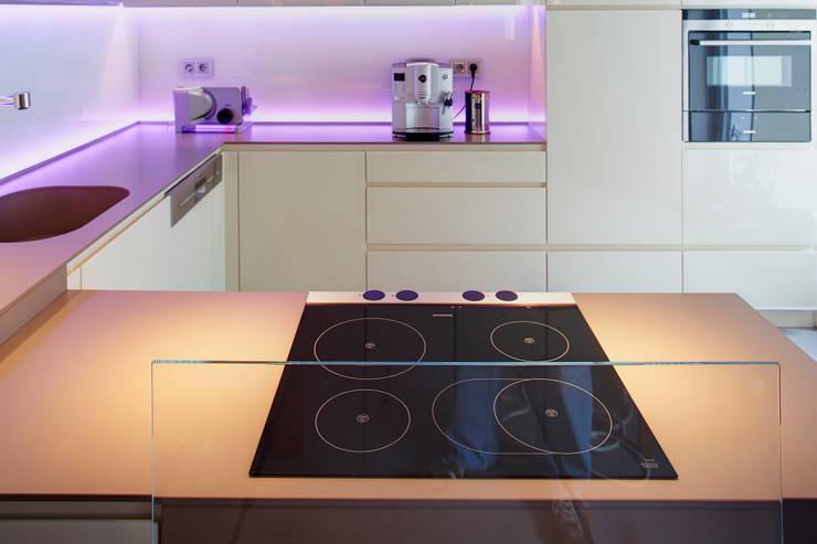 Dapur oleh Raumgespür Innenarchitektur Design Ilka Hilgemann, Modern Kaca