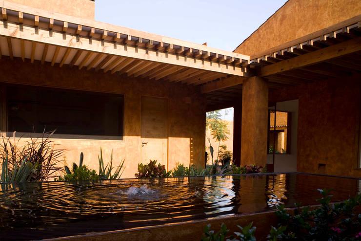 Casa Malinalco: Casas de estilo  por José Vigil Arquitectos