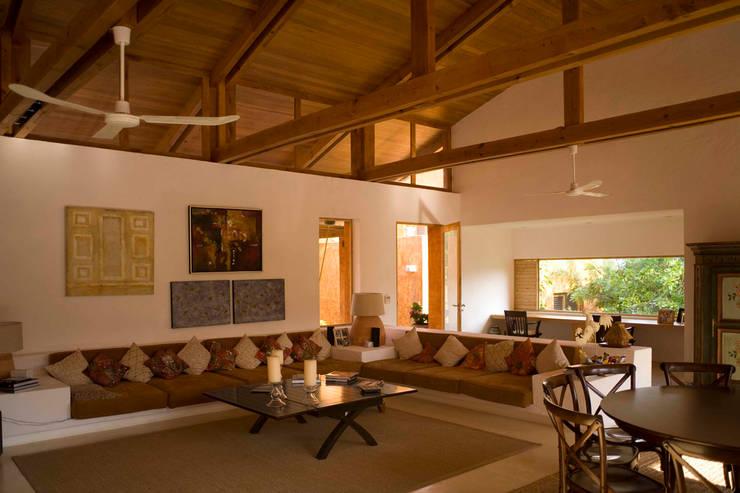 Casa Malinalco: Salas de estilo  por José Vigil Arquitectos