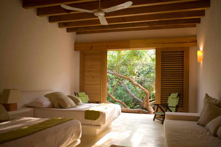 Casa Malinalco: Recámaras de estilo moderno por José Vigil Arquitectos
