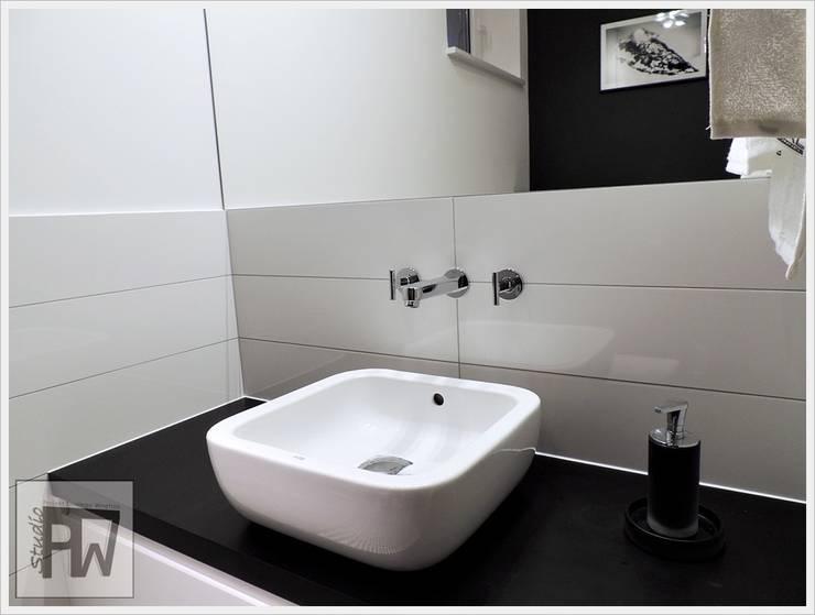 Black&white: styl , w kategorii Łazienka zaprojektowany przez PTW Studio,Industrialny Kompozyt drewna i tworzywa sztucznego