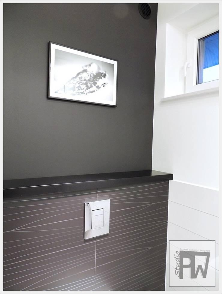 Black&white: styl , w kategorii Łazienka zaprojektowany przez PTW Studio,Nowoczesny Kompozyt drewna i tworzywa sztucznego