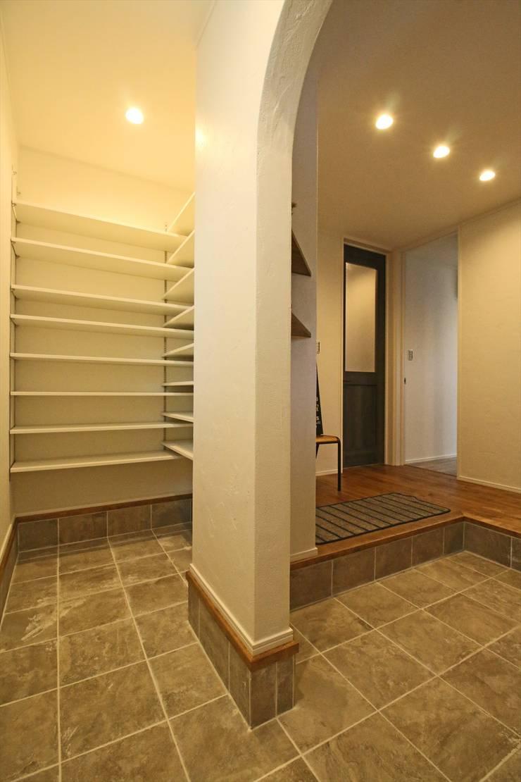 おかえりシューズクローク - 子育てをコンセプトにした住まい「育みの家」: ジャストの家が手掛けた廊下 & 玄関です。