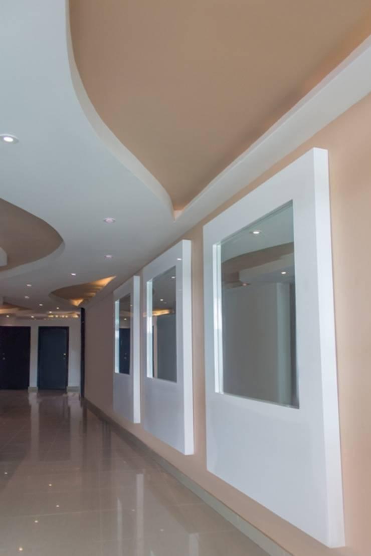 Vestíbulo en hotel: Pasillos y vestíbulos de estilo  por Monica Saravia, Moderno Madera Acabado en madera