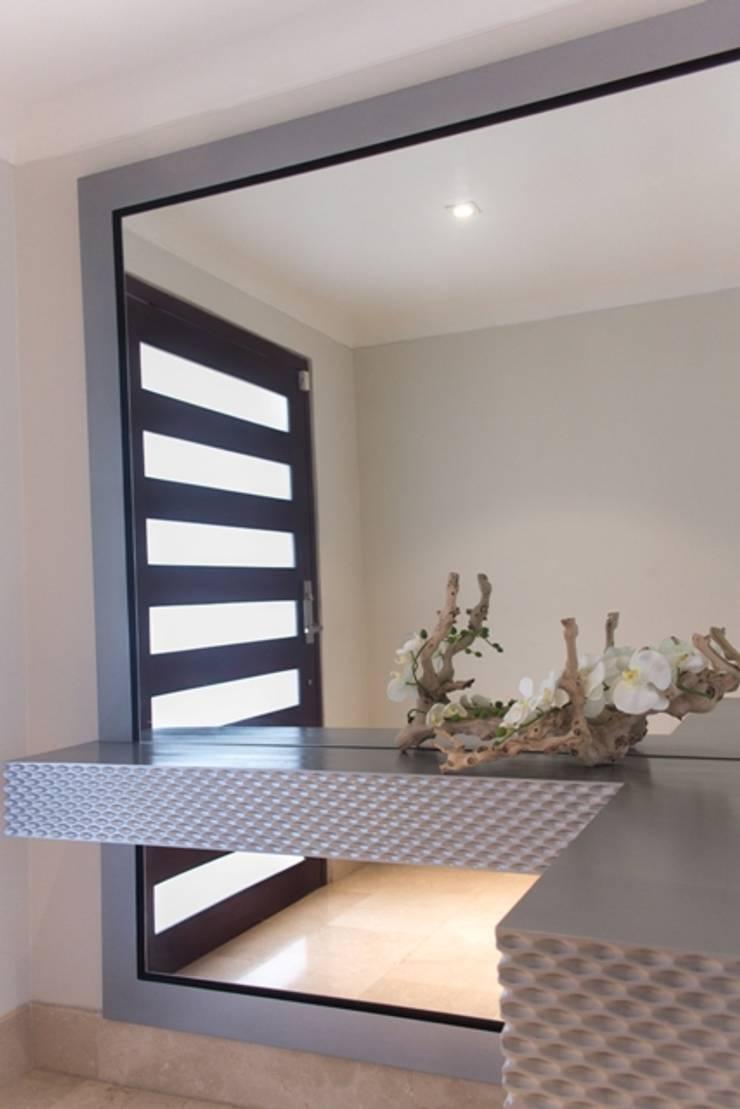 Vestíbulo con 3D de rombos: Pasillos y vestíbulos de estilo  por Monica Saravia, Moderno Madera Acabado en madera