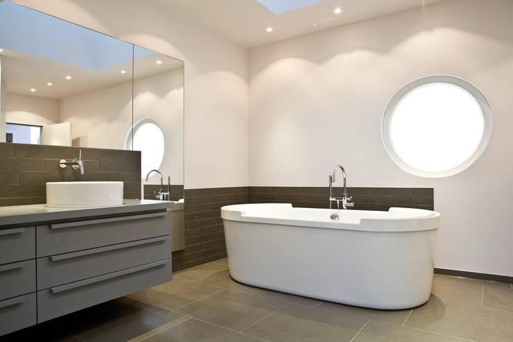 Einfamilienhaus Neubau: minimalistische Badezimmer von Beilstein Innenarchitektur