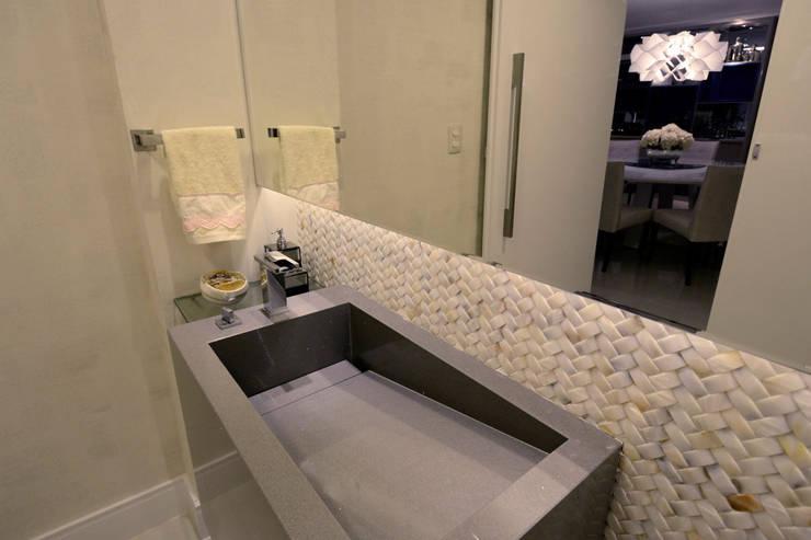 Apartamento Ponta de Campina: Banheiros modernos por Leila Azzouz Arquitetura Eireli