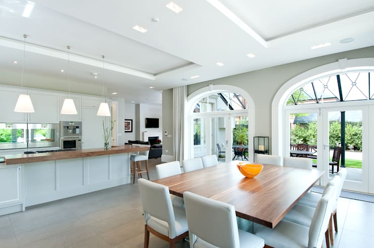 Luxury Style Suburban Mansion :  Kitchen by Des Ewing Residential Architects