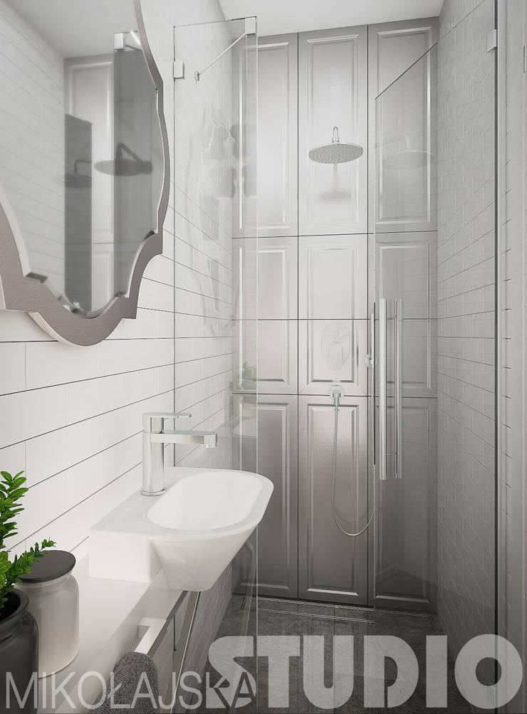 mała łazienka-glamour: styl , w kategorii  zaprojektowany przez MIKOŁAJSKAstudio