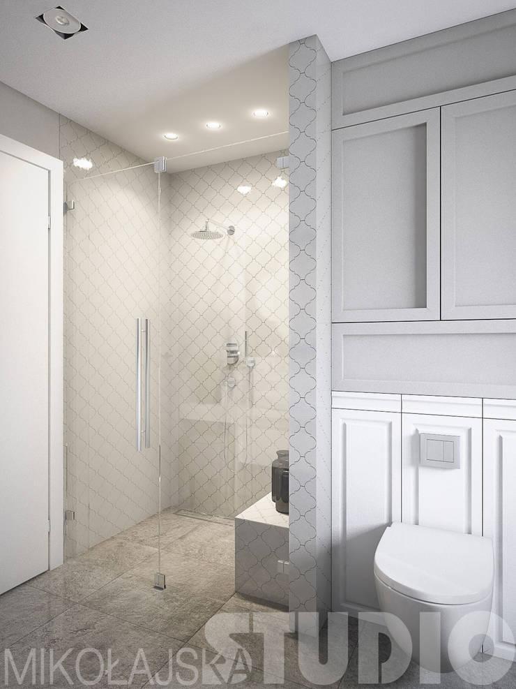 płytki-arabeska-pod prysznicem: styl , w kategorii  zaprojektowany przez MIKOŁAJSKAstudio