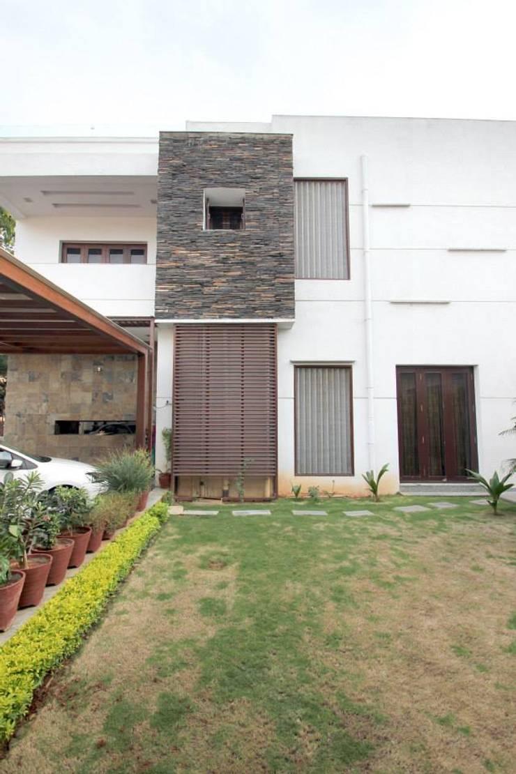 Villa Project:  Terrace by Bansal Interiors
